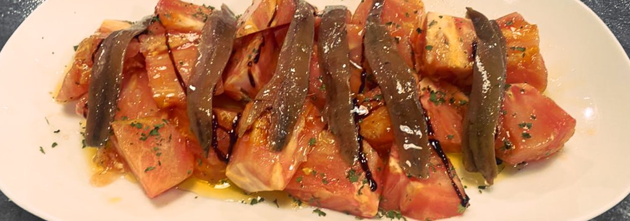Ensalada de tomate de temporada con anchoas - Taberna Asturiana Zapico
