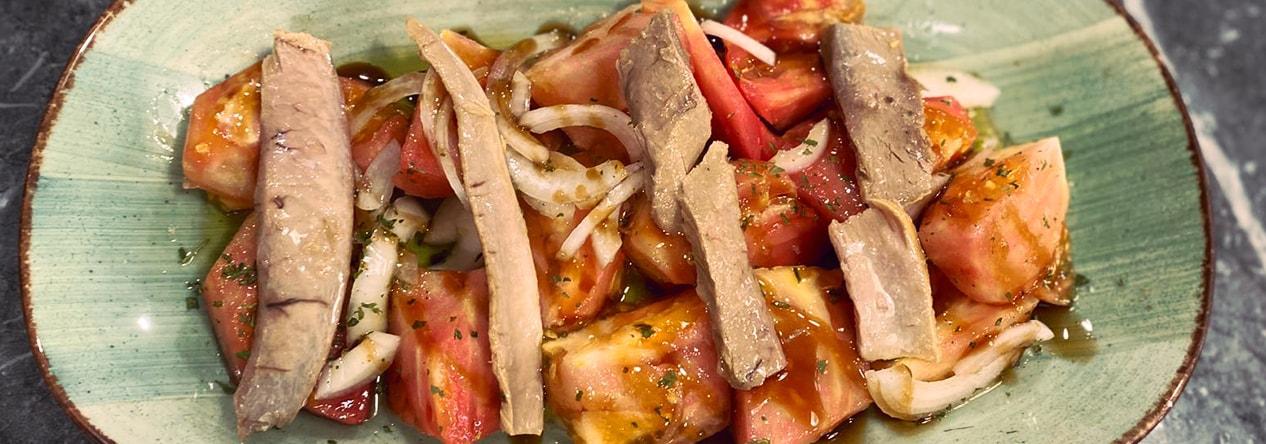 Ensalada de tomate de temporada con ventrisca - Taberna Asturiana Zapico